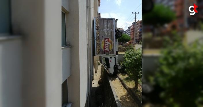 Zonguldak'ta apartman boşluğuna düşen kamyonetin sürücüsü yaralandı