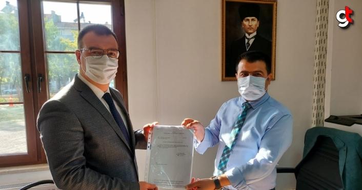 AK Parti İlçe Başkanı Civek mazbatasını aldı