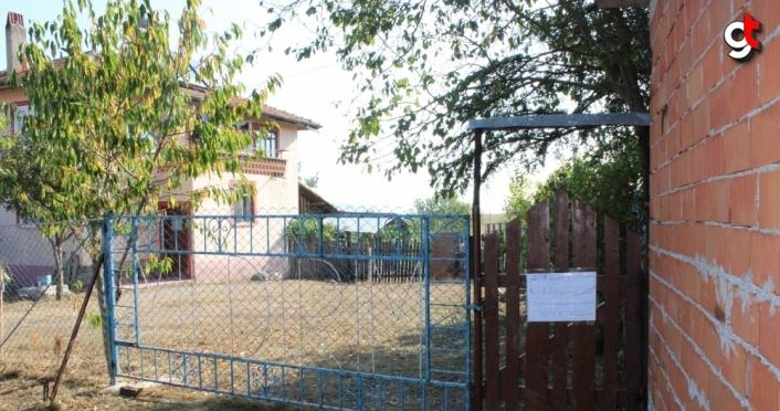Bolu'da karantinadaki yaşlı çift evlerine uyarı yazısı astı