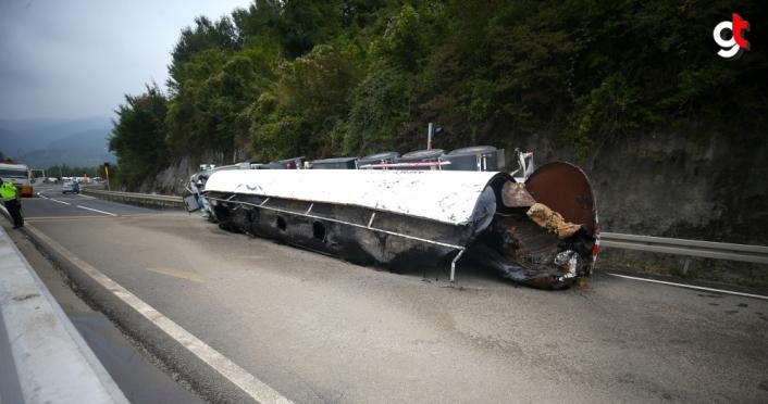 GÜNCELLEME - Bolu Dağı'nda devrilen zift yüklü tanker otomobile çarptı: 3 yaralı