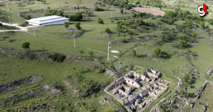 Hadrianaupolis'te Geç Kalkolitik döneme ait seramik ve sunu çukurları bulundu