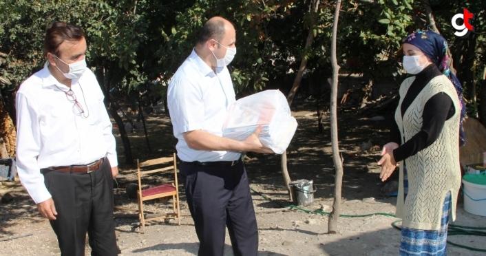 Taşova'da evdeki öğrencilere öğretmenleri kitaplarını götürdü