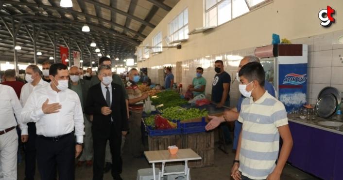 Vali Masatlı, pazar yerinde vatandaşları Kovid-19'a karşı tek tek uyardı
