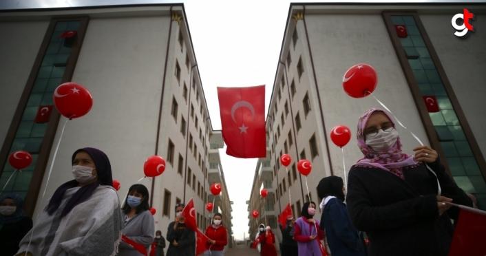 Düzce'de üniversite öğrencileri gökyüzüne 97 Türk bayraklı balon bıraktı