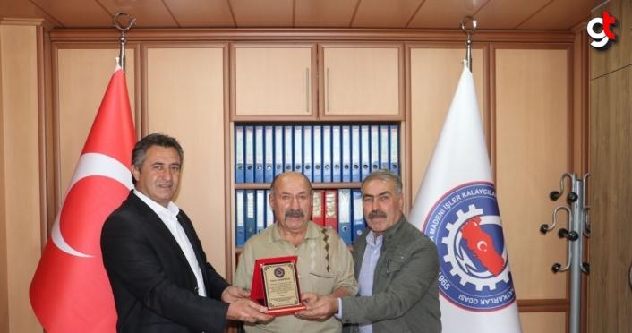 Havza'da emekli olan 57 yıllık demir ustası Boyracı'ya plaket verildi
