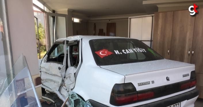 Samsun'da otomobil dükkana girdi: 4 yaralı