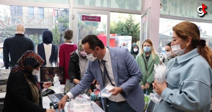 Akçakoca Belediyesi vatandaşlara maske, kolonya ve dezenfektan bilekliği dağıttı