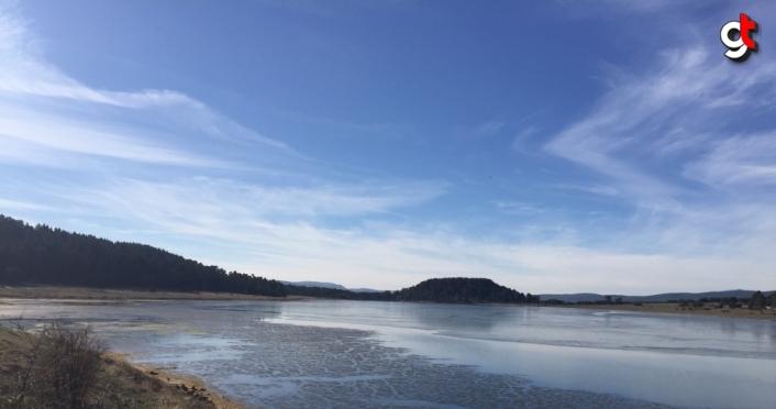 Aladağ Göleti'nin yüzeyi buz tuttu