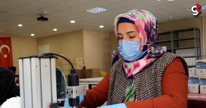 Amasyalı kadınlar günlük 70 bin maske üreterek Kovid-19 mücadelesine destek veriyor
