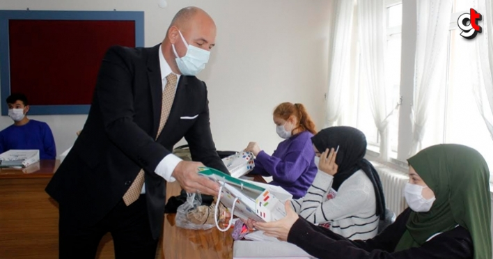 Başkan Togar Üniversiteye Hazırlanan Öğrencilere Hazırlık Kitabı Hediye Etti