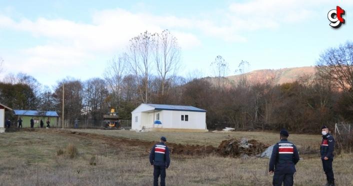 Bolu'da yayladaki evlerin çevresine yapılan tel örgü ve çitler yıkıldı