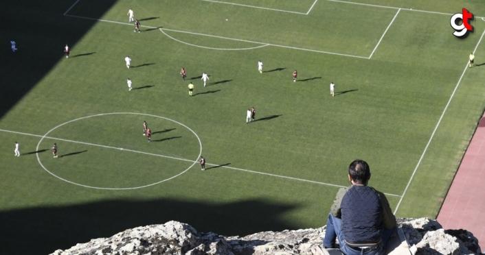 Gümüşhanespor taraftarları, takımlarının karşılaşmasını tepelerden izledi