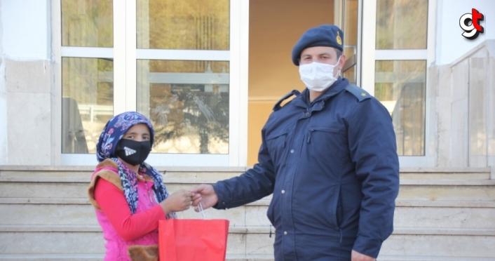Jandarmanın tablet hediyesi çocukları mutlu etti