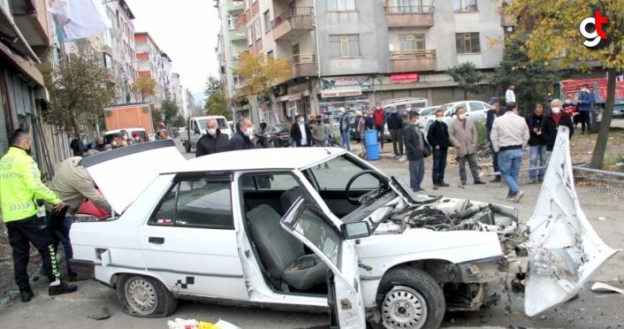 Ordu'da otomobil park halindeki araca çaptı 2 kişi yaralandı