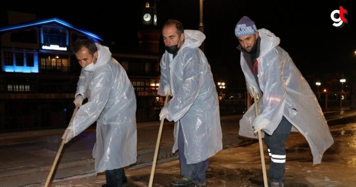 Sokağa çıkma kısıtlamasını fırsat bilen belediye ekibi Amasya'yı köpüklü suyla yıkıyor