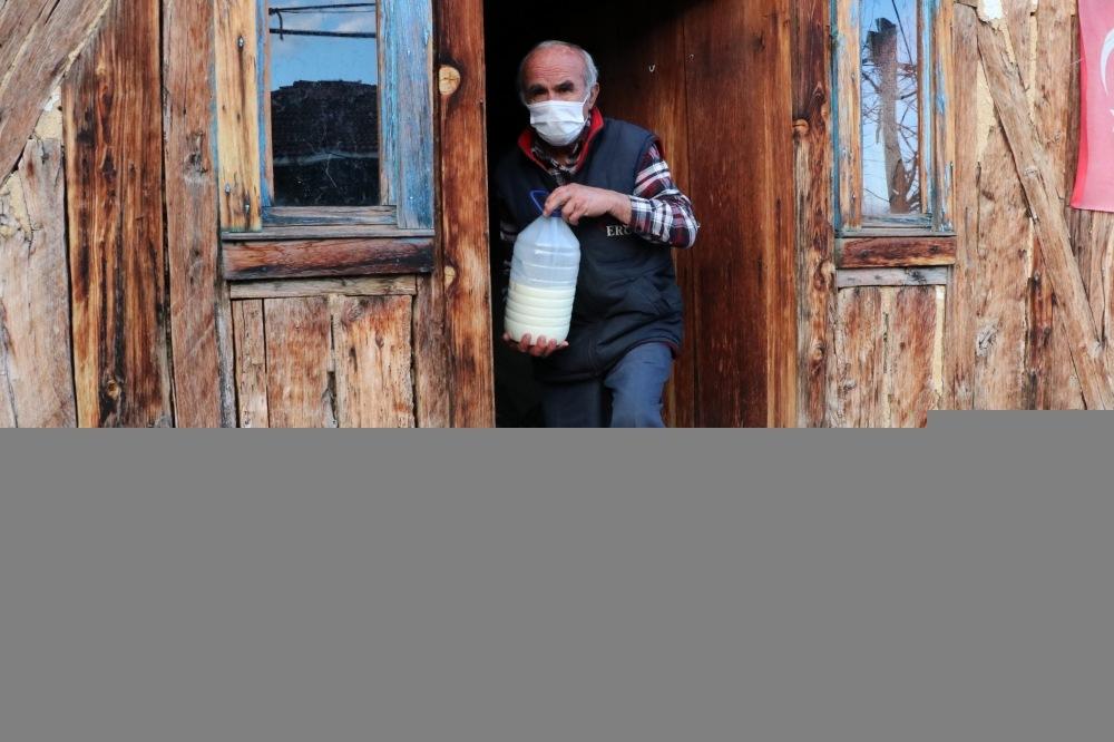 74 yaşındaki hayvansever, sokak hayvanlarını beslemek için her gün 10 kilometre yürüyor