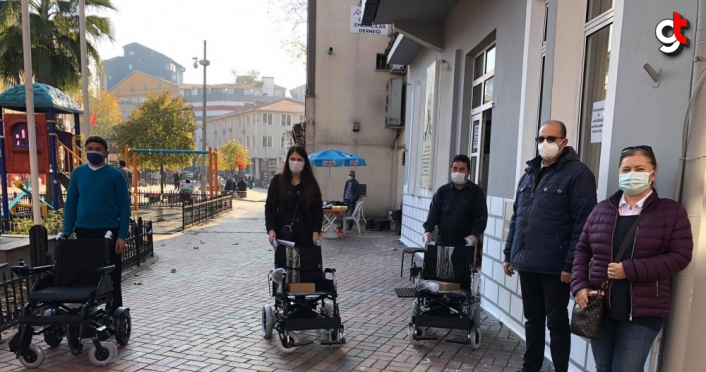 Çaycuma'da engelli vatandaşlara akülü sandalyeleri teslim edildi