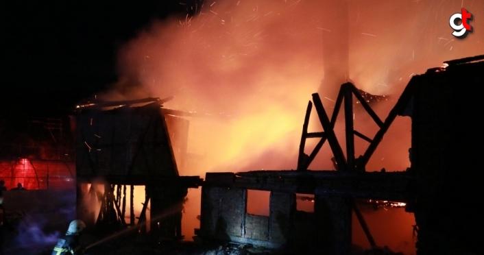 GÜNCELLEME - Bolu'da iki katlı evde çıkan yangında bir kişi öldü