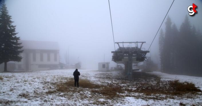 Ilgaz Dağı'na yeterli kar yağmayınca kayakçılar antrenmanı asfaltta yapıyor