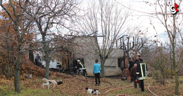 Kastamonu'da 2 katlı ev yangın sonucu kullanılamaz hale geldi