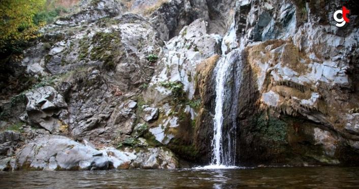 Kastamonu'da Gürleyik Şelalesi hazan renkleriyle görsel şölen sunuyor