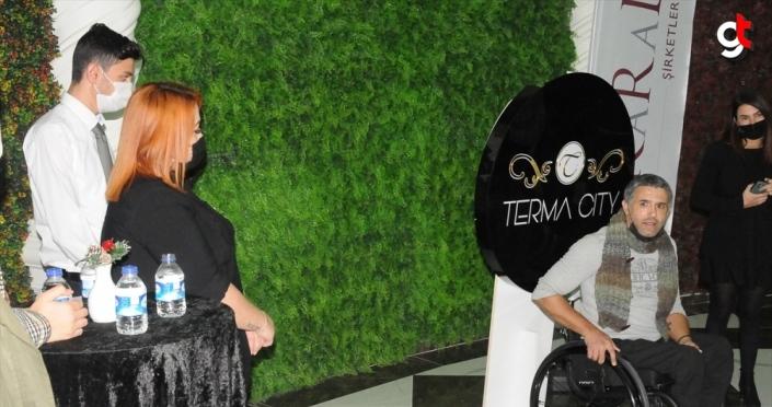 Otel çalışanları engelli bale sanatçısı Öztürk'e tekerlekli sandalye hediye etti