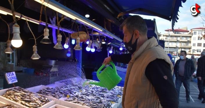 Trabzon'da hamsi 15 liradan satışa sunuldu