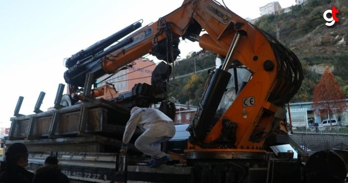 Trabzon'da iş makinesi taşıyan kamyon köprüye çarptı: 1 yaralı