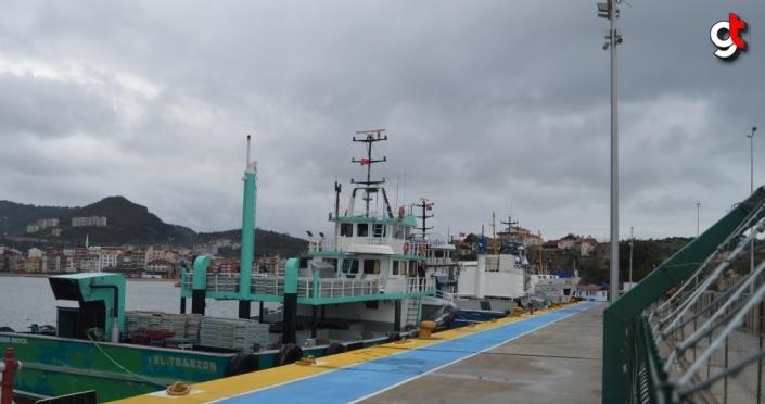 Amasra'da rüzgar nedeniyle balıkçı ve yük gemileri limana sığındı