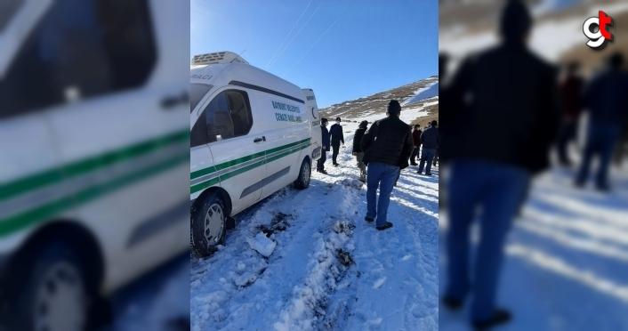 Bayburt'ta cenaze defni için kardan kapalı yol açıldı