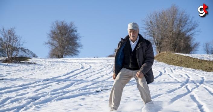 Giresunlu ihtiyar delikanlı 50 yıllık ahşap kayaklarıyla karlı tarlalarda kayak keyfi yapıyor