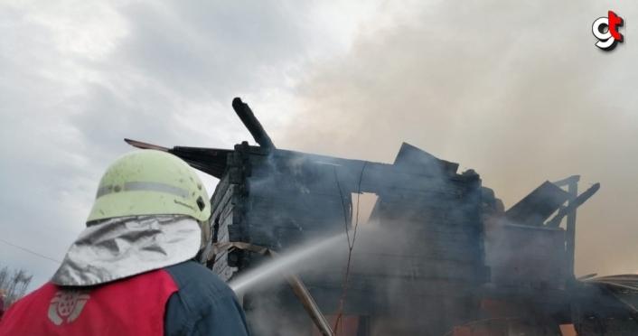 Kastamonu'da çıkan yangında 2 katlı ahşap ev kullanılamaz hale geldi