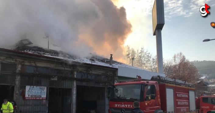Kastamonu'da sanayi sitesindeki yangın söndürülmeye çalışılıyor