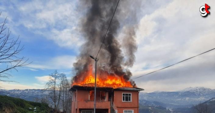 Rize'de yangında evin ikinci katı kullanılamaz hale geldi