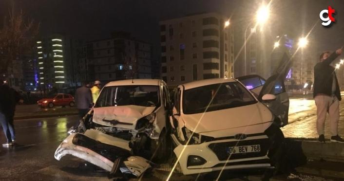 Samsun'da polis aracına çarpan otomobildeki 3 kişi yaralandı