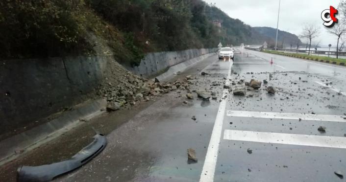 Zonguldak'ta yola dökülen kaya parçaları nedeniyle bir otomobilde hasar oluştu