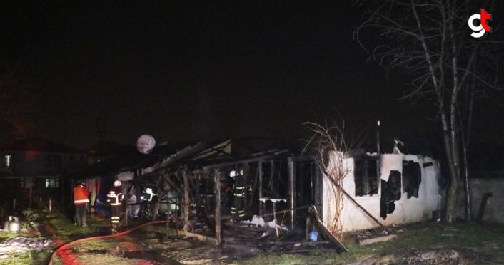 Düzce'de çıkan yangında prefabrik ev kullanılamaz hale geldi