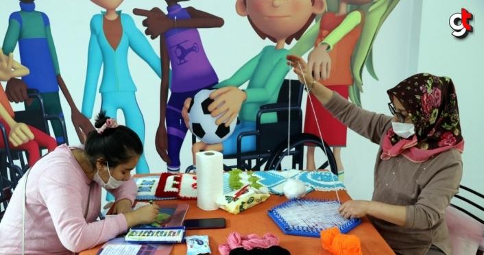 Engelli çocuklar engelsiz atölyede üreterek sorunlarını aşıyor