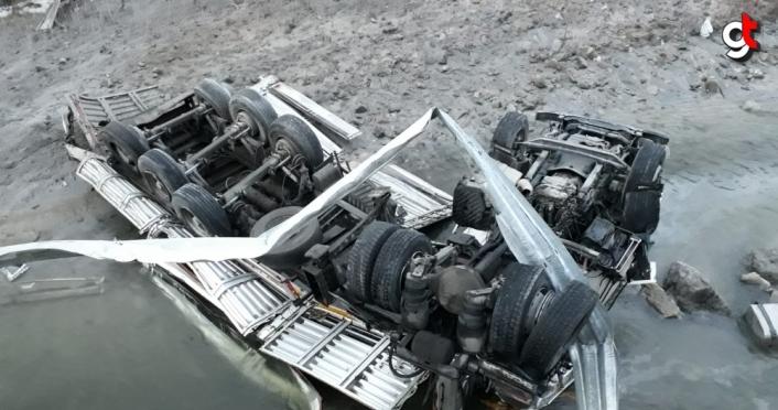 Gümüşhane'de Harşit Çayı'na devrilen tırın sürücüsü yaralandı