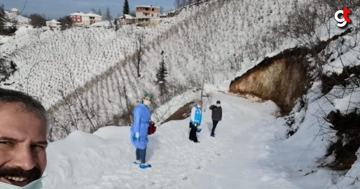 Ordu'da sağlık ekipleri karda 2 kilometre yürüyerek ulaştıkları hastaya Kovid-19 aşısı yaptı
