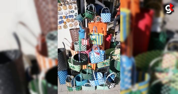 Sattığı sepet çantaları atık plastik bantlarla süsleyen esnaf çevre duyarlılığıyla örnek oluyor