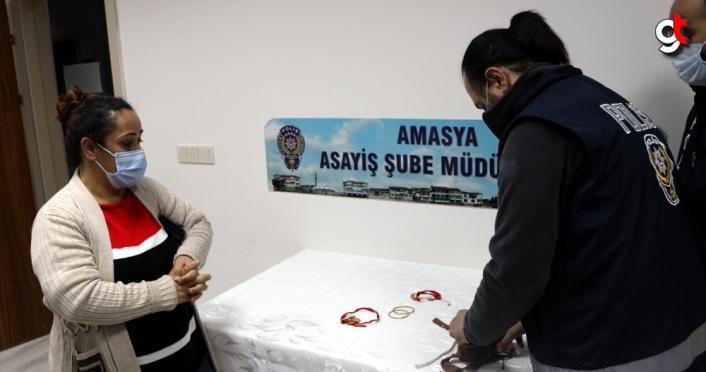Amasya'da bir kadın sokakta bulduğu altın dolu keseyi sahibine teslim etti