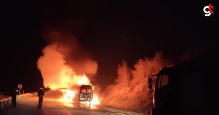 Düzce'de kargo minibüsü çıkan yangında kullanılamaz hale geldi