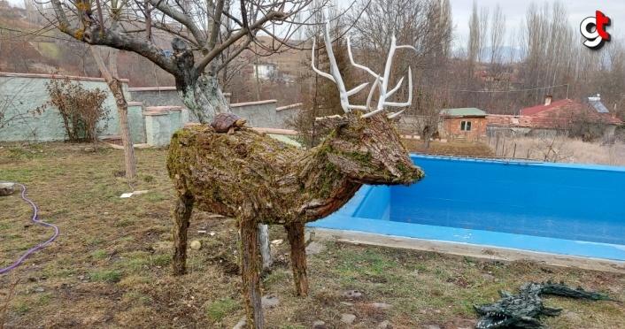 Evinin bahçesinde ağaç kabukları ve yosundan hayvan figürleri yapıyor