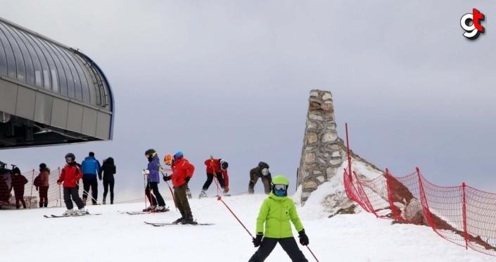 Ilgaz 2-Yurduntepe Kayak Merkezi'nde hafta sonu yoğunluğu yaşanıyor