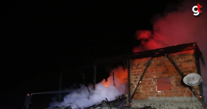 Kastamonu'da çıkan yangında ev ve ahır kullanılamaz hale geldi