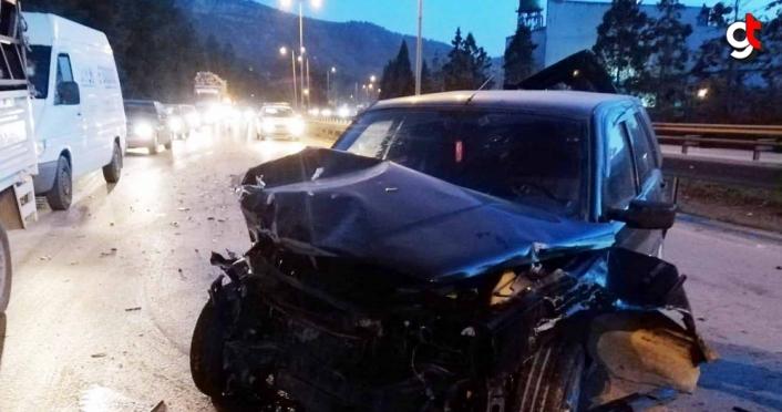 Tıra çarpan otomobildeki iki kişi yaralandı