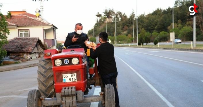 AK Parti Taşova Gençlik Kolları, iftara yetişemeyenlere kumanya dağıttı