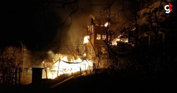 Artvin'de çıkan yangında ilk belirlemelere göre 3 ev yandı