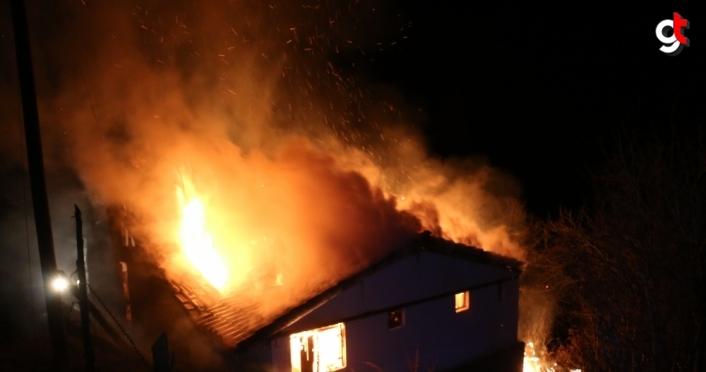 Bolu'da çıkan yangında iki katlı ahşap ev kullanılamaz hale geldi